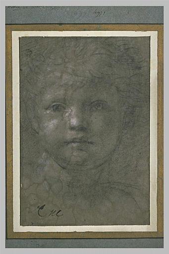 Tête d'enfant vu de face, les yeux fixés sur le spectateur