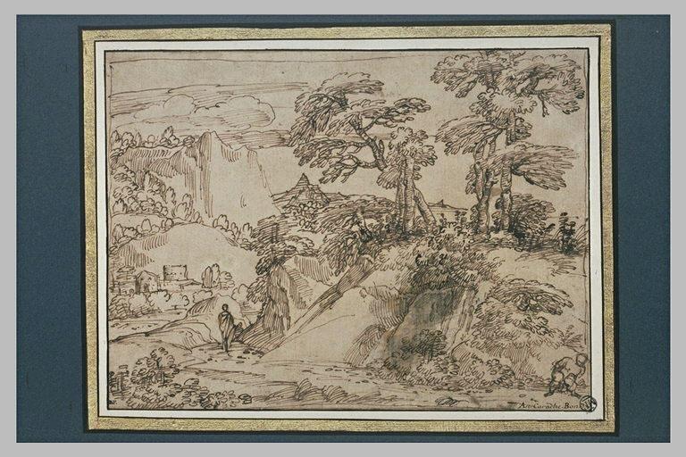 Homme marchant, dans un paysage valloné, avec une ferme au loin