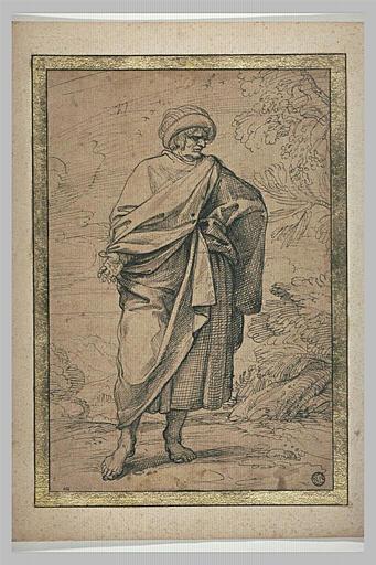 Homme debout, enveloppé d'un manteau