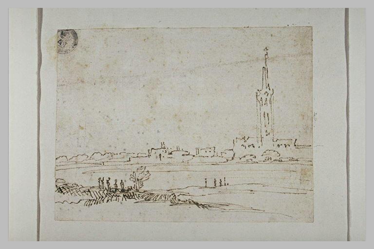 Vue d'une ville avec un clocher très élevé
