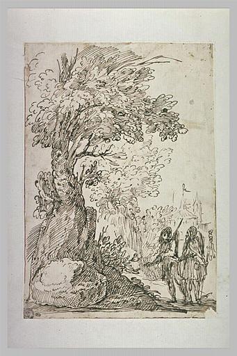 Deux hommes conversant près d'un gros arbre, avec un clocher au loin_0