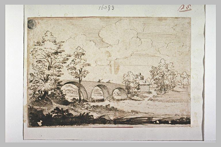 Pont à trois arches dans un paysage boisé