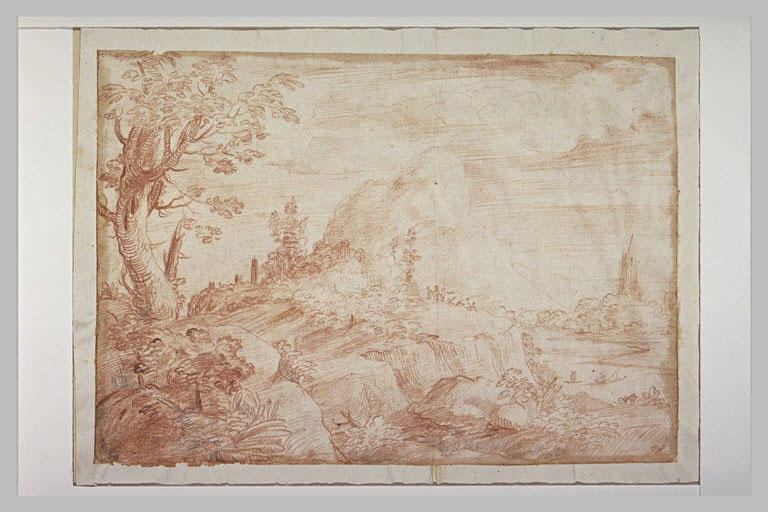 Paysage boisé et rocheux, avec un clocher près d'une montagne
