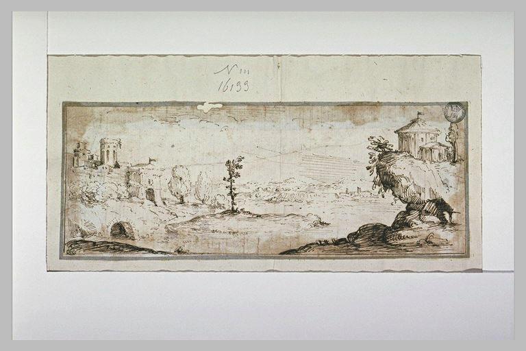 Temple dominant un lac, face aux murs d'une ville