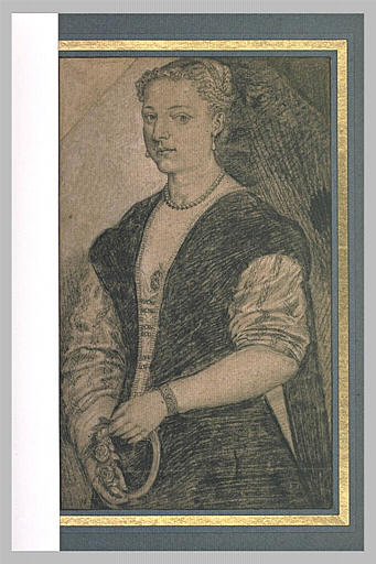 Portrait de femme, debout, tenant une couronne de fleurs