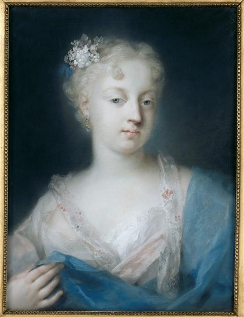 Portrait de jeune femme à la coiffure piquée d'un bouquet blanc_0