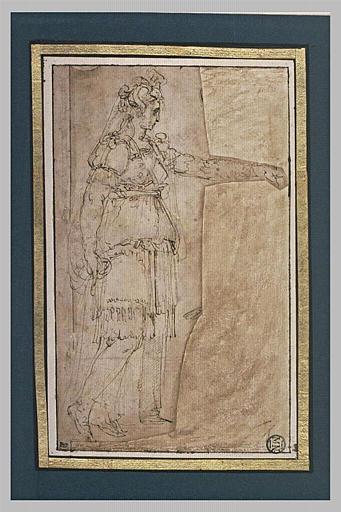 Une femme debout, de profil vers la droite, tendant le bras gauche