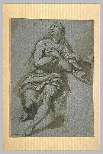 Une femme assise, les mains jointes sur la poitrine, regardant au ciel
