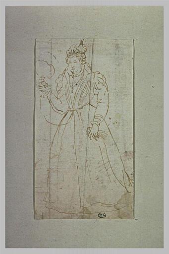 Une femme, debout, tenant un éventail de la main droite