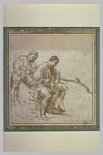Deux hommes à cheval sur une souche, l'un réparant une faux