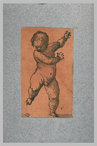 Un enfant nu, marchant en avant