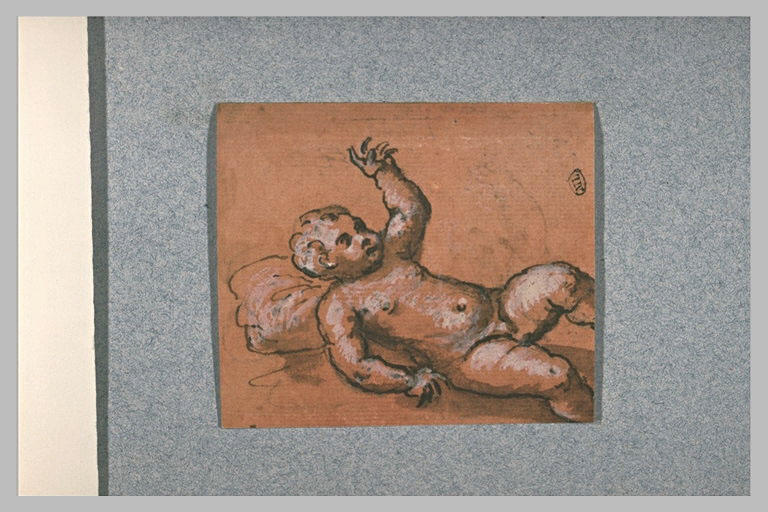Un enfant nu, couché sur le dos