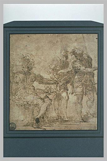Homme assis vers la droite, tournant la tête ; deux hommes debout conversant