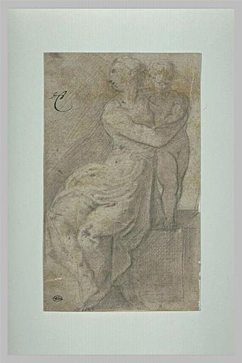 Femme assise, tenant un enfant debout sur un degré