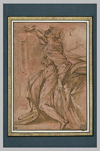 Une femme assise, de profil, cherchant à prendre un objet sur un meuble