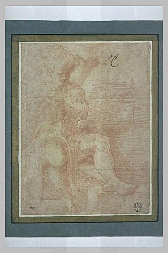 Un enfant assis, regardant vers la droite, les deux mains sur la poitrine