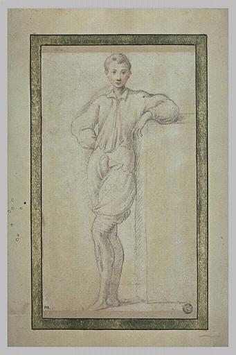 Jeune homme debout, de face, appuyé sur un degré