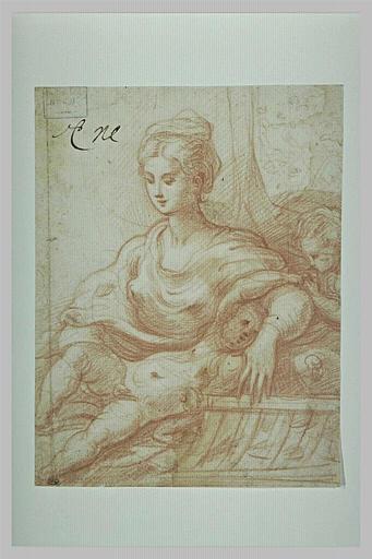 Une mère assise avec deux enfants (l'un couché sur ses genoux)
