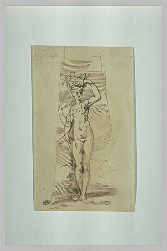 Une femme nue debout, portant une corbeille sur la tête