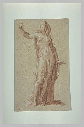 Une femme debout, le bras droit levé, vue de face