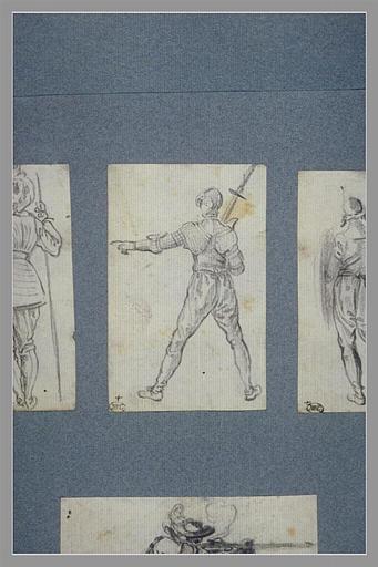 Un soldat, vu de dos, étendant le bras gauche