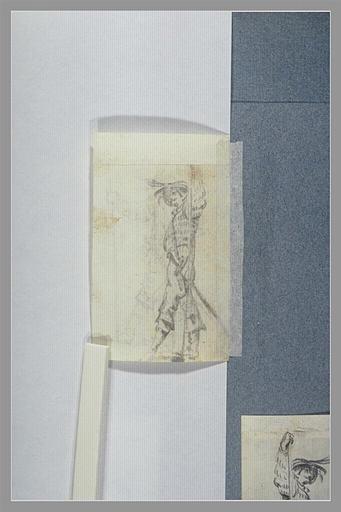 Un soldat, vu de profil, portant une épée_0