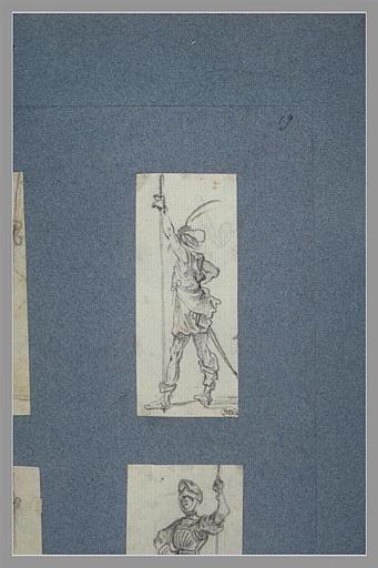 Un soldat, tourné vers la gauche, appuyé sur une lance