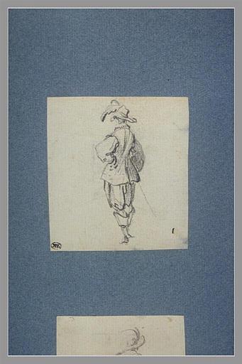 Un soldat, debout, vu de dos