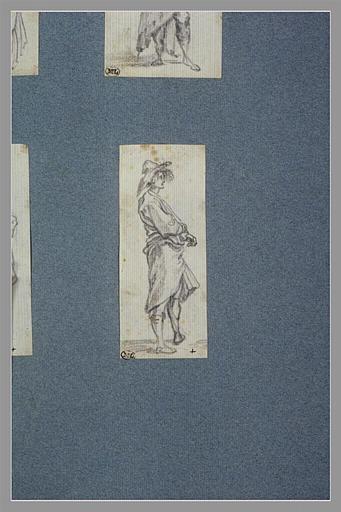 CALLOT Jacques : Un homme, debout, les bras croisés, vu de profil