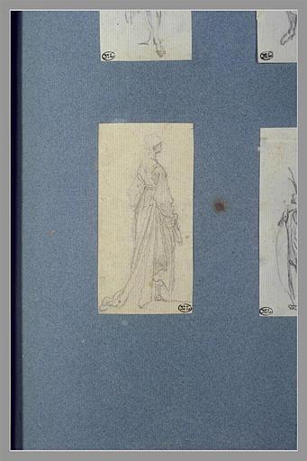 Une femme, debout, tournée vers la droite, vue de dos