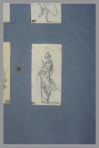 Une figure, debout, tenant un objet dans chaque main, tournée vers la gauche