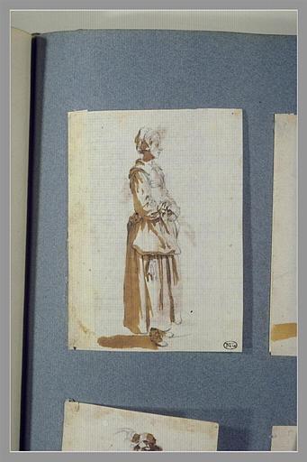 CALLOT Jacques : Une femme, debout, tounée vers la droite, les mains devant elle