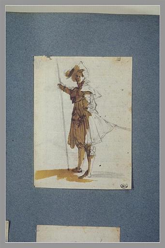 Un soldat, debout, tourné vers la gauche
