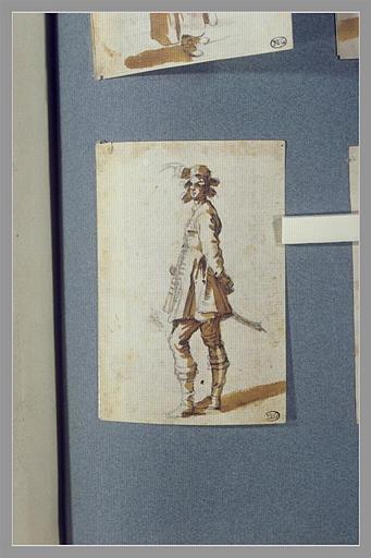 CALLOT Jacques : Un homme, ayant un sabre au côté, les mains derrière le dos