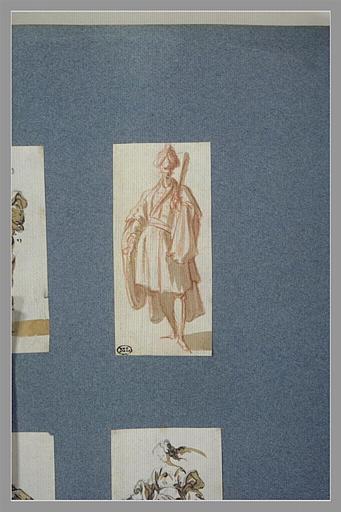 CALLOT Jacques : Un homme, debout, tenant un objet dans la main gauche