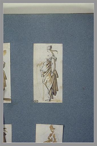 Une femme debout, vue de profil, tournée vers la gauche_0