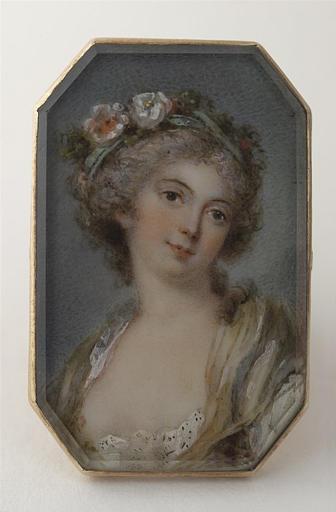 Portrait de femme couronnée de fleurs, la gorge nue
