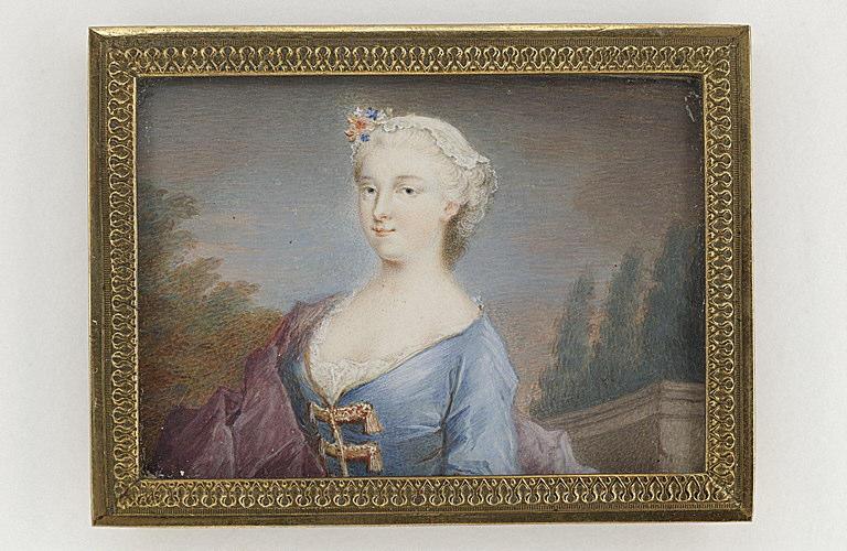 Portrait de femme en buste devant un paysage