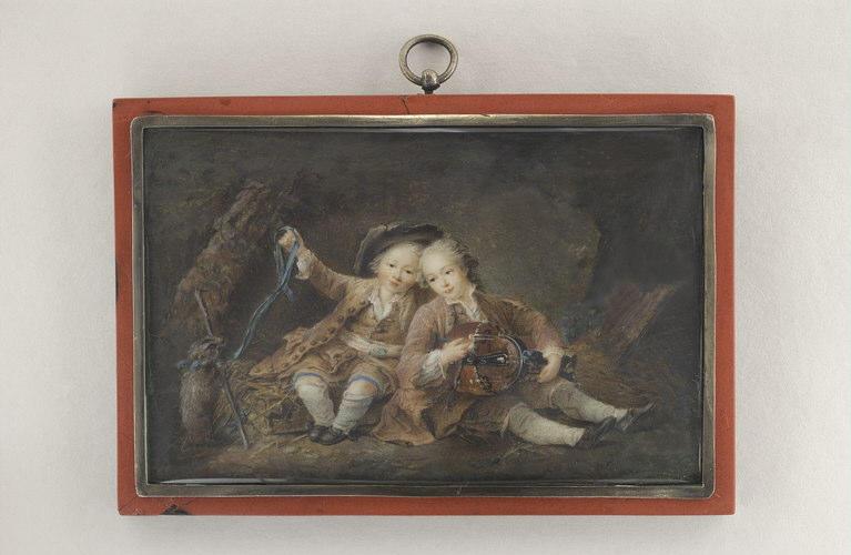 Enfants jouant avec une marmotte