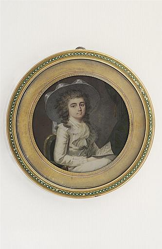 Portrait d'une jeune femme tenant une lettre