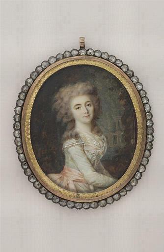 Portrait de jeune femme assise dans un parc