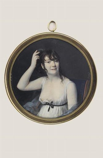 Jeune femme rattachant ses cheveux
