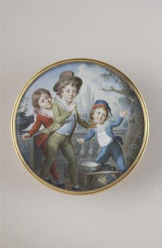 Trois enfants jouant aux bulles de savon
