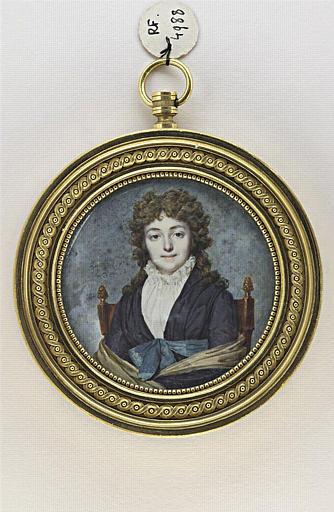 Jeune femme avec une écharpe jaune