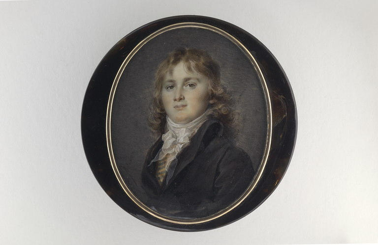 Jeune homme aux longs cheveux blonds