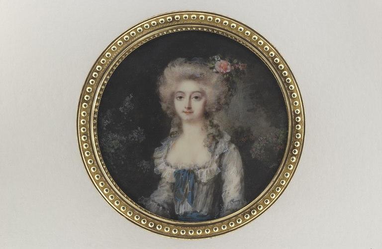 Jeune femme avec une rose dans les cheveux_0