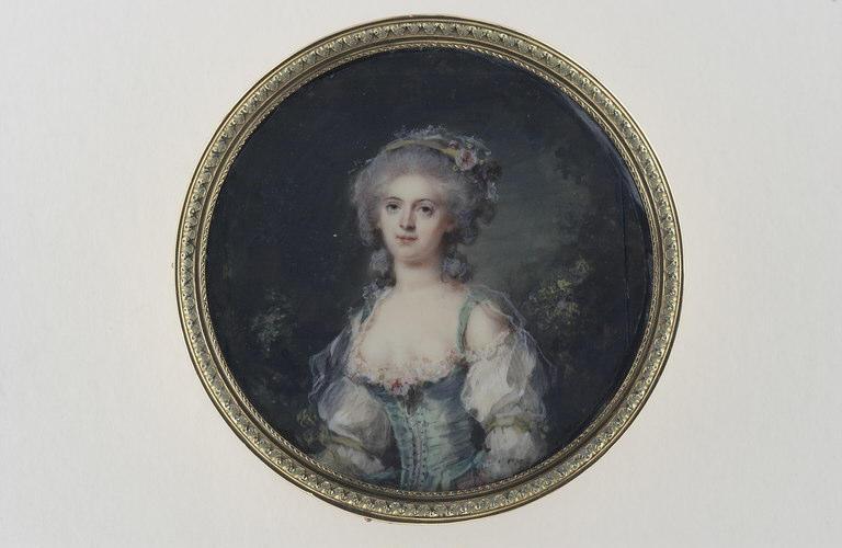 Jeune femme en corsage vert