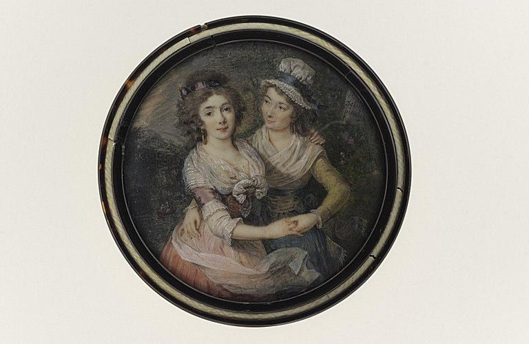 Portrait de deux jeunes femmes se tenant enlacées pour danser_0
