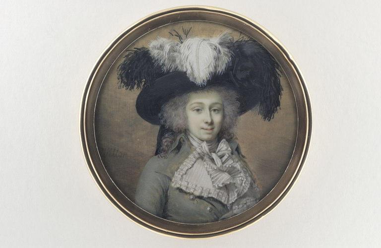 Une jeune femme, coiffée d'un chapeau à plumes