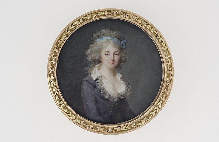 Portrait de jeune femme en robe de soie prune